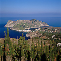 Greece, Cephalonia (Ionian island), Assos: village next to peninsula Erisos with fortress Assos | Griechenland, Kefalonia (Ionische Insel), Assos: Ortschaft am Rand der Halbinsel Erisos, mit der Burg Assos