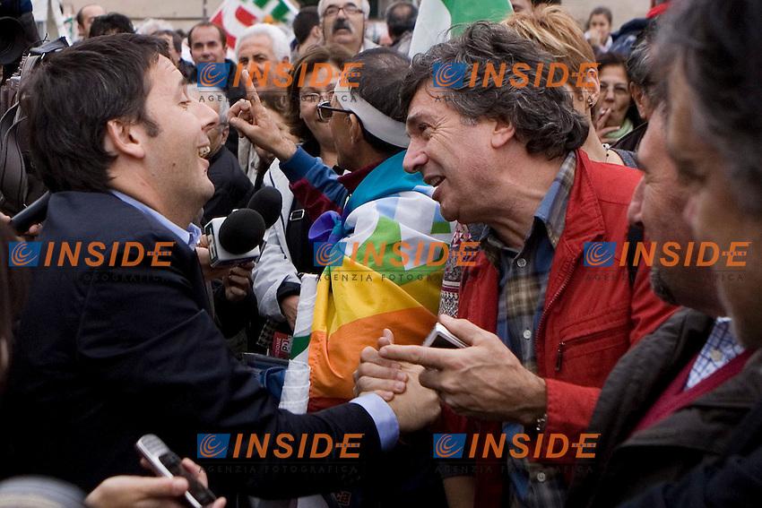 MANIFESTAZIONE NAZIONALE DEL PARTITO DEMOCRATICO A PIAZZA SAN GIOVANNI  RICOSTRUZIONE IN NOME DEL POPOLO ITALIANO UN GRANDE PAESE MERITA UN FUTURO MIGLIORE..NELLA FOTO MATTEO RENZI SALUTA I SOSTENITORI DEL PD CHE LO ACCLAMANO E CONTESTANO..ROMA 5 NOVEMBRE  2011..PHOTO  SERENA CREMASCHI INSIDEFOTO..............................