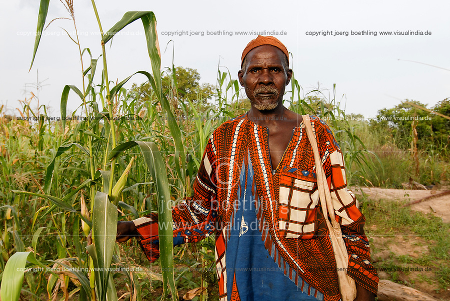 BURKINA FASO village Nayagara near Bobo Dioulasso, farmer in maize field / Bauer im Maisfeld