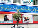 Iran 2004.Sanandaj: peintures de propagande sur un batiment administratif.Iran 2004.Sanandaj: Paintings on a wall