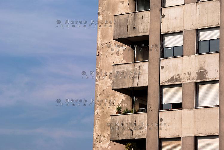 Milano, case popolari al quartiere Salomone (La Trecca), periferia est. Muri scrostati --- Milan, public housing at Salomone district (La Trecca), east periphery. Scraped walls