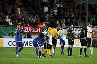DFB-Maskottchen Paule troestet die kasachischen Spieler