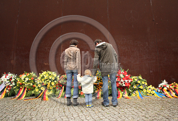 BERLIN - GERMANY 13.  AUGUST 2006 -- At the formal Berlin Wall Memorial at Bernauer Strasse, Mark Prothmann and Vera V?lkel with daughter Carla (2) is looking at the flowers laid to commemorate the people who died in attempts to cross the wall during the DDR Regime, on 45th Anniversary of the Construction of the Berlin Wall -- PHOTO: UFFE Noejgaard/ EUP-IMAGES
