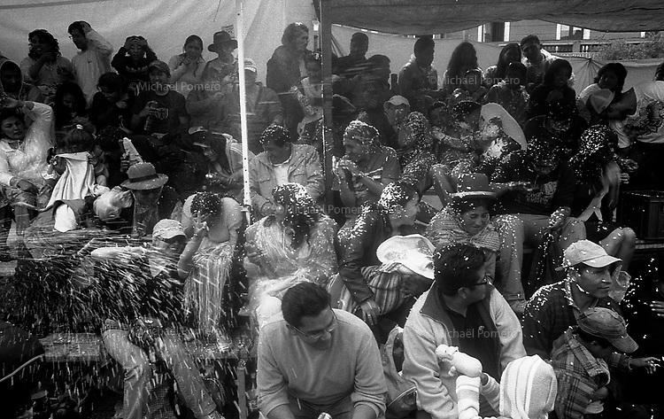 02.2010 La Paz (Bolivia)<br /> <br /> Bataille d'eau lors du d&eacute;file du Carnaval de La Paz.<br /> <br /> Water battle during the parade of the carnival in La Paz.