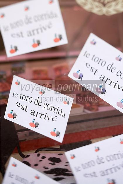 Europe/France/Languedoc-Roussillon/30/Gard / Saint-Quentin-la-Poterie: Détail de la devanture du boucher proposant de la viande de taureau de corrida