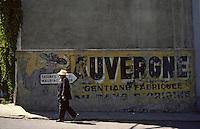 Europe/France/Auvergne/15/Cantal/Saignes: Scène de rue - agriculteur dans une rue et vieille publicité pour un apéritif à base de gentiane [ [<br /> PHOTO D'ARCHIVES // ARCHIVAL IMAGES<br /> FRANCE 1980