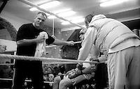 Roma  .Incontro  di boxe dilettanti alal Palestra Popolare San Lorenzo.Il maestro  Danilo Paglietta  dell'A.S. Colonna  spiega al pugile come portare i colpi