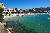Spain, Mallorca, Palmanova: View over beach in Summer | Spanien, Mallorca, Palmanova: beliebter Badeort und Strand in der Naehe von Palma de Mallorca