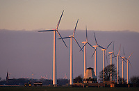 DEUTSCHLAND Windkraftanlagen NEG Micon und alte Windmuehle im Abendlicht in Schleswig Holstein, Windpark Westküste Kaiser Wilhelm Koog / GERMANY windfarm with new wind turbine NEG Micon and old windmill in Northern Germany