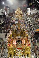 SAO PAULO, SP, 24 DE FEVEREIRO 2012 - CARNAVAL SP DESFILE CAMPEAS - ROSAS DE OURO - Integrante da escola de samba Rosas de Ouro durante desfile das campeãs  do Carnaval 2012 de São Paulo, no Sambódromo do Anhembi, na zona norte da cidade, (FOTO: ALE VIANNA - BRAZIL PHOTO PRESS)