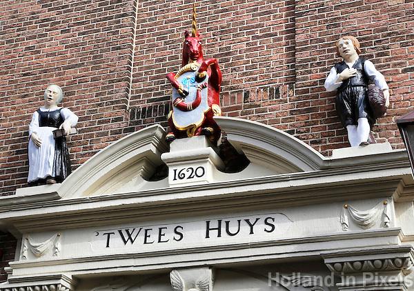 Hoorn. T Wees Huys. Protestants of Burgerweeshuis. In het midden het stadswapen van Hoorn