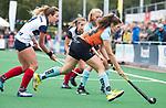 HUIZEN  -  Marijke Wuite (Gro) met Vivianne Schuurman (HUI) , hoofdklasse competitiewedstrijd hockey dames, Huizen-Groningen (1-1)   COPYRIGHT  KOEN SUYK