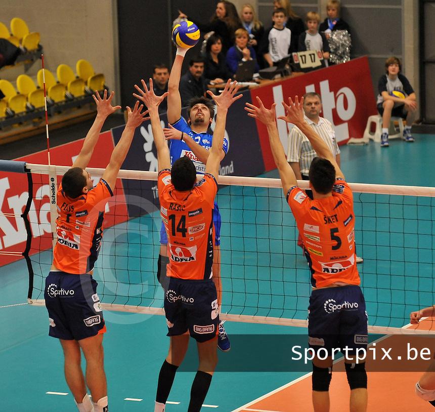 Knack Roeselare - ACH Volley Ljubljana : Hendrik Tuerlinckx tegenover het blok van Flajs (links)  , Milan Rasic (midden) en Alen Sket (rechts).foto VDB / BART VANDENBROUCKE