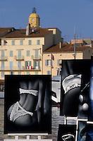 Europe/Provence-Alpes-Côte d'Azur/83/Var/Saint-Tropez: Le Port  et les tableaux des  peintres et le clocher de l'église
