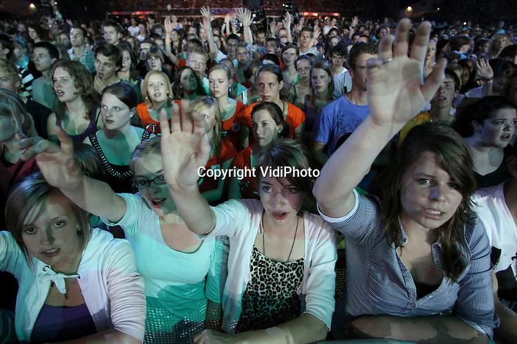 """Foto: VidiPhoto..ARNHEM - In het Gelredome in Arnhem is zaterdag de 36e EO-Jongerendag gehouden, waarbij zo'n 30.000 jongeren aanwezig waren. De jongeren kwamen voor muziekacts als Leeland, Hawk Nelson en Hillsong United. DJ's draaiden op de buitenpodiums verschillende muziekstijlen. De dag binnen werd geopend met een spetterende show met vuurwerk. Thema van de EO-Jongerendag was """"Freedom is here""""."""