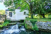 France, Indre-et-Loire (37), Azay-le-Rideau, parc et château d'Azay-le-Rideau au printemps, l'Indre et une chapelle