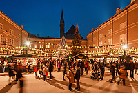 Oesterreich, Salzburger Land, Salzburg: Christkindlmarkt am Domplatz neben der Neuen Residenz | Austria, Salzburger Land, Salzburg: Christmas Fair at Old Town, Cathedral Square