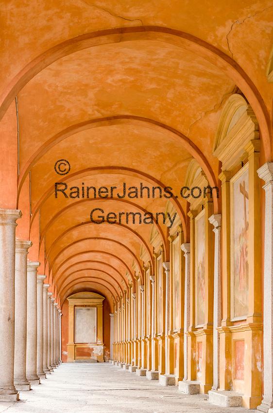 Italy, Piedmont, Baveno: baptistery cloister at Piazza della Chiesa | Italien, Piemont, Baveno: Kreuzgang des Baptisteriums an der Piazza della Chiesa