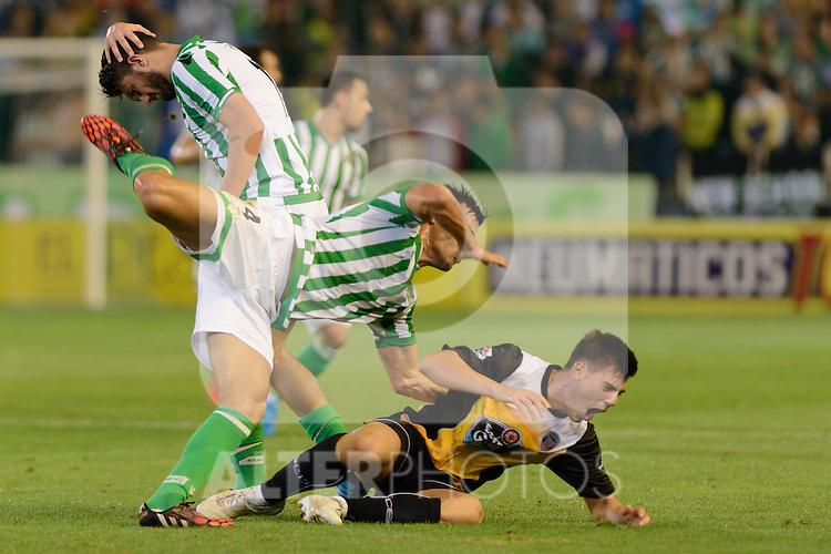Sevilla, España, 15 de octubre de 2014: Bruno (I) y LuisFernandez caen al suelo durante el partido entre Real Betis y Lugo correspondiente a la jornada 5 de la Copa del Rey 2014-2015 celebrado en el estadio Benito Villamarain de Sevilla. (Foto: Carlos Bouza / Alter Photos)