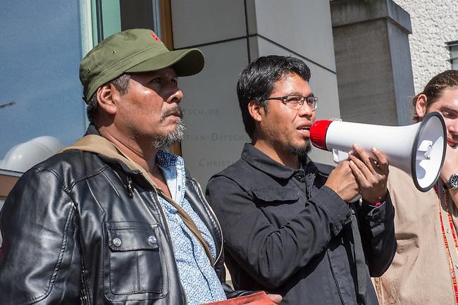 Am Donnerstag den 23. April 2015 protestierten Angehoerige und Freunde von 43 Studenten die im September 2014 Mexiko ermordet wurden vor der mexikanischen Botschaft in Berlin.<br /> Polizisten hatten die Studenten in der Stadt Iguala entfuehrt und sie der kriminellen Organisation &quot;Guerreros Unidos&quot; uebergeben. Der Mord wurde bis heute nicht aufgeklaert und die mexikanische Regierung behindert bis heute die Aufklaerung.<br /> Die Demonstranten forderten endlich eine Aufklaerung ueber die Morde und dass die Verantwortlichen zur Rechenschaft gezogen werden.<br /> Im Bild vlnr.: Omar Garcia, Studienkollege der 43 Verschwundenen; Eleucadio Ortega Carlos, Vater des ermordeten Studenten Mauricio Ortega Valerio.<br /> 23.4.2015, Berlin<br /> Copyright: Christian-Ditsch.de<br /> [Inhaltsveraendernde Manipulation des Fotos nur nach ausdruecklicher Genehmigung des Fotografen. Vereinbarungen ueber Abtretung von Persoenlichkeitsrechten/Model Release der abgebildeten Person/Personen liegen nicht vor. NO MODEL RELEASE! Nur fuer Redaktionelle Zwecke. Don't publish without copyright Christian-Ditsch.de, Veroeffentlichung nur mit Fotografennennung, sowie gegen Honorar, MwSt. und Beleg. Konto: I N G - D i B a, IBAN DE58500105175400192269, BIC INGDDEFFXXX, Kontakt: post@christian-ditsch.de<br /> Bei der Bearbeitung der Dateiinformationen darf die Urheberkennzeichnung in den EXIF- und  IPTC-Daten nicht entfernt werden, diese sind in digitalen Medien nach &sect;95c UrhG rechtlich geschuetzt. Der Urhebervermerk wird gemaess &sect;13 UrhG verlangt.]