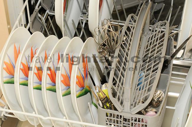 dishwasher with dirty dishes, Geschirrspüler mit schmutzigem Geschirr, Wasser, Wasserverbrauch, Wasserverschwendung, Haushalt, Liechentstein