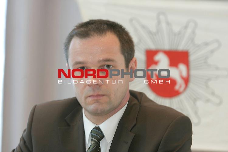 Am zweiten Tag nach dem Fund der Kinderleiche in Vechta, gab die Polizei erste Ergebnisse bei einer Pressekonferenz bekannt. UNter anderem wurde mitgeteilt, dass es sich um ein unbekleidetes M&scaron;dchen handle ohne Kopf. Ebenso habe man in der N&scaron;he des Fundortes diverse Gegenst&scaron;nde gefunden, die nun zugeordnet werden mŁssen.<br /> &lsquo;berstaatsanwalt Bernhard SŁdkamp / Oldenburg<br /> Foto: &copy; nordphoto <br /> <br />  *** Local Caption *** Foto ist honorarpflichtig! zzgl. gesetzl. MwSt.<br />  Belegexemplar erforderlich<br /> Adresse: nordphoto<br /> Georg-Reinke-Strasse 1<br /> 49377 Vechta