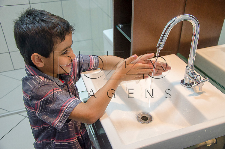 Crian&ccedil;a lavando as m&atilde;os, S&atilde;o Paulo - SP, 10/2012. <br />  - Uso de imagem autorizado