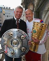 FUSSBALL  DFB POKAL FINALE  SAISON 2013/2014  18.05.2014 Der FC Bayern Muenchen feiert auf dem Rathausbalkon am Muenchner Marienplatz; Oberbuergermeister Dieter Reiter (li) mit Meisterschale und  Arjen Robben mit DFB Pokal auf dem Balkon