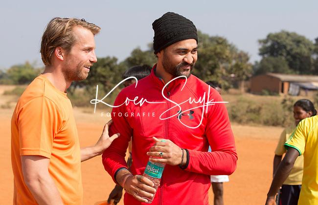 KHUNTI (Jharkhand) -  Trainersopleiding   ONE MILLION HOCKEY LEGS  is een project , geïnitieerd door de Nederlandse- en Indiase overheid, met het doel om trainers en coaches op te leiden en  500.000 kinderen in India te laten hockeyen.  Ex international Floris Jan Bovelander    is een van de oprichters en het gezicht van OMHL.   Sandeep Singh en Warner vd Vegt.  COPYRIGHT KOEN SUYK