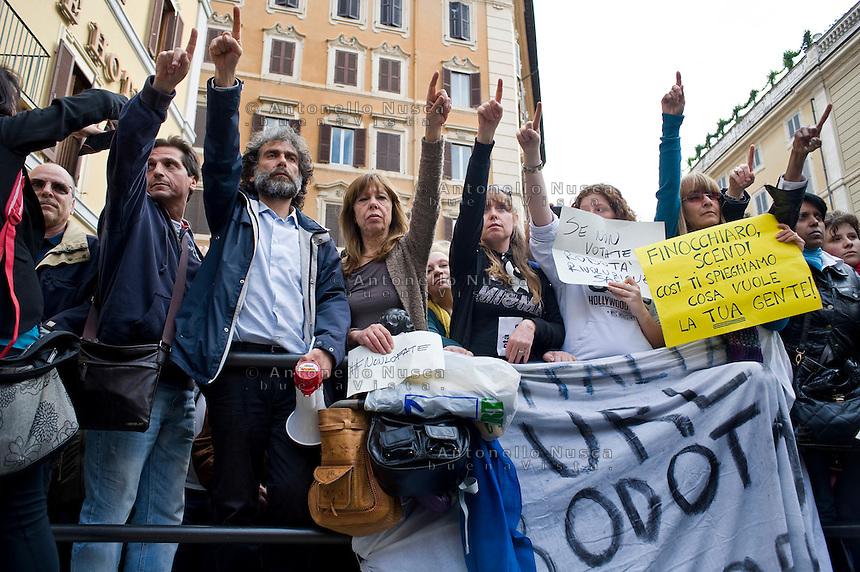 Centinaia di persone si sono radunate in Piazza di Montecitorio per protestare contro l'elezione a Presidente della Repubblica di Franco Marini e Giorgio Napolitano.