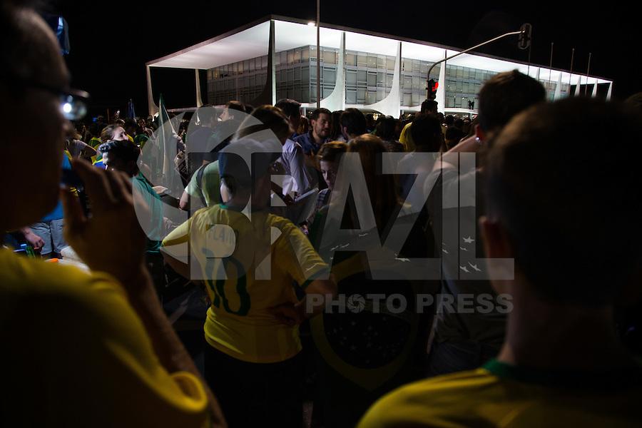 BRASILIA, DF, 21.03.2016 - MANIFESTAÇÃO-PLANALTO- Manifestação contra o Governo Dilma, em frente ao Palacio do Planalto, nesta segunda-feira, 21.(Foto:Ed Ferreira / Brazil Photo Press)