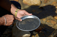 MADAGASCAR, region Manajary, town Vohilava, small scale gold mining, women panning for gold at river / MADAGASKAR Mananjary, Vohilava, kleingewerblicher Goldabbau, Frauen waschen Gold am Fluss
