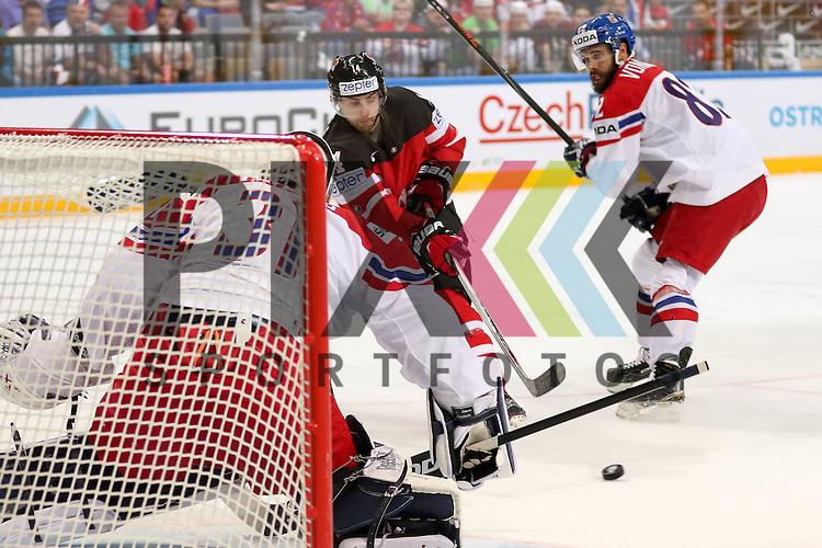 Canadas Eberle, Jordan (Nr.14) steckt den Puck durch zum Tor f&uuml;r Canada, Tschechiens Pavelec, Ondrej (Nr.31)(Winnipeg Jets) kommt nicht dran im Spiel IIHF WC15 Canada vs. Czech Republic.<br /> <br /> Foto &copy; P-I-X.org *** Foto ist honorarpflichtig! *** Auf Anfrage in hoeherer Qualitaet/Aufloesung. Belegexemplar erbeten. Veroeffentlichung ausschliesslich fuer journalistisch-publizistische Zwecke. For editorial use only.