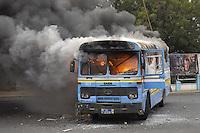 XNB04 DAKAR (SENEGAL), 1/2/2012.- Un autobús arde después de que unos manifestantes le prendieran fuego durante los disturbios registrados en Dakar, Senegal, hoy, miércoles 1 de febrero de 2012. El Gobierno de Senegal condenó hoy los actos violentos ocurridos en la manifestación convocada ayer en Dakar por el Movimiento del 23 de junio (M23) contra la candidatura a los comicios presidenciales del presidente Abulaye Wade, que terminaron con la muerte de una persona, según la versión oficial. EFE/Aliou Mbaye