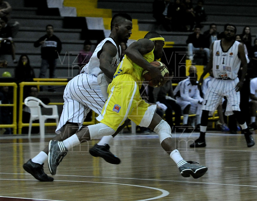 BOGOTA - COLOMBIA - 22-04-2013:  Thomas (Izq.) de Piratas de Bogotá, disputa el balón Austin (Der.) de Bucaros de Bucaramanga, abril 22 de 2013. Piratas y Bucaros en la tercera fecha de la fase II de la Liga Directv Profesional de baloncesto en partido jugado en el Coliseo El Salitre. (Foto: VizzorImage / Luis Ramírez / Staff).  Thomas (L) of Piratas from Bogota, fights for the ball with Austin (R) of Bucaros from Bucaramanga, April 22, 2013. Pirates and Bucaros in the third match of the phase II of the Directv Professional League basketball, game at the Coliseum El Salitre. (Photo: VizzorImage / Luis Ramirez / Staff