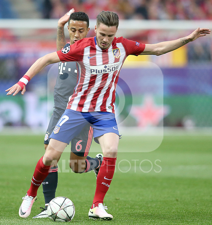 Atletico de Madrid's Saul Niguez (r) and FC Bayern Munchen's Thiago Alcantara during Champions League 2015/2016 Semi-Finals 1st leg match. April 27,2016. (ALTERPHOTOS/Acero)