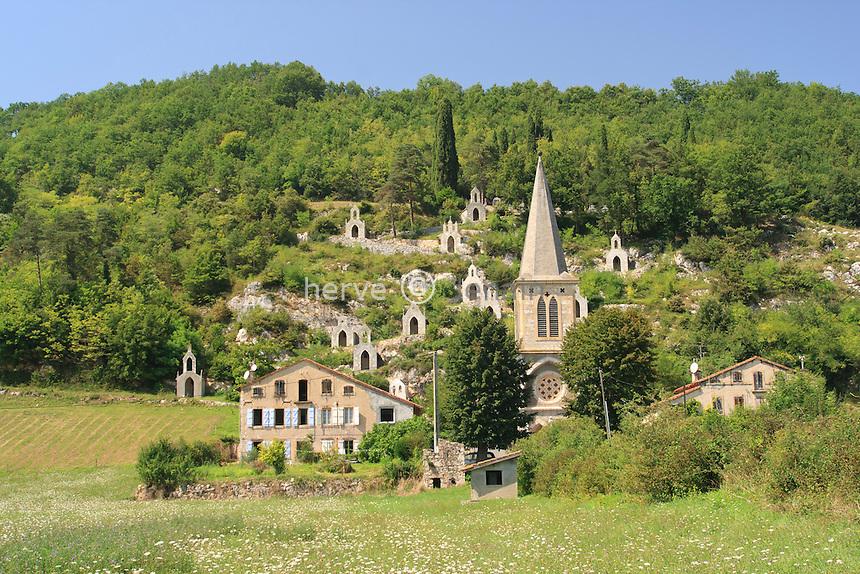 France, Ariège (09), le Mas-d'Azil, Raynaude, l'église et son chemin de croix bordé de chapelles // France, Ariège, le Mas-d'Azil, Raynaude, the church and his path crosses surrounded by chapels