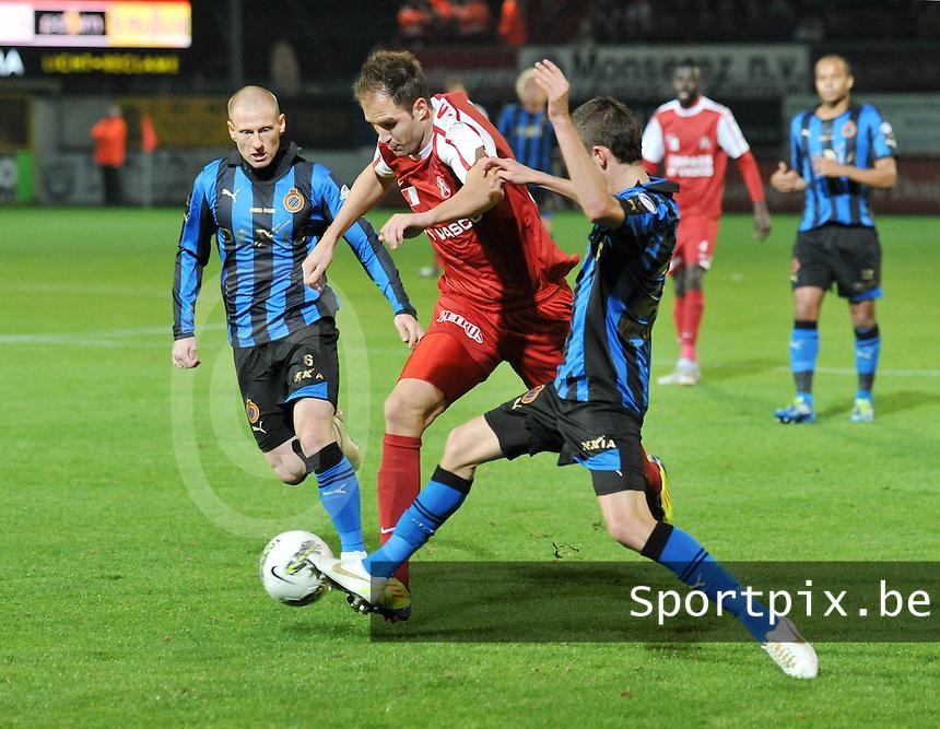 KV Kortrijk - Club Brugge KV : Dalibor Veselinovic wringt zich door 2 clubspelers door : Thibaut Van Acker (rechts) en Niki Zimling.foto VDB / BART VANDENBROUCKE