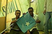 Tunisie RasDjir Camp UNHCR de refugies libyens a la frontiere entre Tunisie et Libye ....Tunisia Rasdjir UNHCR refugees camp  Tunisian and Libyan border  Campo profughi alla frontiera libica<br /> Rifugiati somali con bandiera<br /> Somalian fleg Drapeau somalien