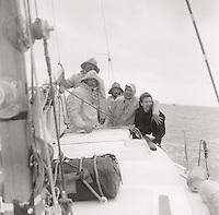 A bord de Pénélope II, une des premières victoires française au championnat du RORC. A droite, le photographe et coéquipier Roland de Greef.