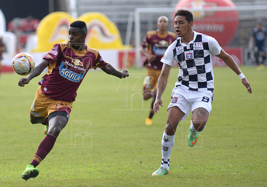 IBAGUE -COLOMBIA, 31-ENERO-2015. Marco Perez  del Deportes Tolima disputa el balon contra Yesinguer Jimenez del  Chico F.C durante la primera fecha de La Liga Aguila jugado en el estadio Manuel Murillo Toro de la ciudad de Ibague. / Marco Perez of Deportes Tolima dispute for the ball against  Yesinguer Jimenez of Chico F.C.  during the first round of La Liga Aguila played at Manuel Murillo Toro   stadium in Ibague city. Photo / VizzorImage /  Juan Carlos Escobar / Stringer