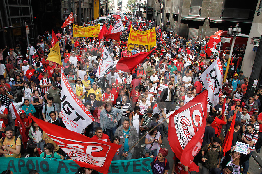 SAO PAULO, SP, 09/06/2014 - Metroviarios em greve se reunem na manha desta segunda-feira,09 na Rua Boa Vista no centro de Sao Paulo Foto: Amauri Nehn/Brazil Photo Press).