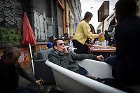** Hinweis: Dieses Bild ist Teil der Fotostrecke 1.Mai ** Berlin, Passanten beim Myfest am Mittwoch (01.05.13) in Kreuzberg in Berlin in einer Badewanne. Foto: Timur Emek/CommonLens