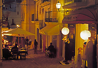 Spanien, Balearen, Ibiza (Eivissa), Ibiza-Stadt: Altstadtgasse am Abend | Spain, Balearic Islands, Ibiza (Eivissa), Ibiza-Town: Down Town Lane at night