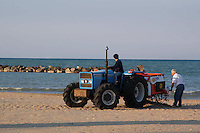 I proprietari delle concessioni puliscono la spiaggia, prima dell'apertura della stagione estiva. The owners of the concessions to clean the beach, before the summer season....