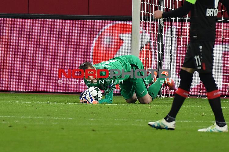 07.12.2016, BayArena, Leverkusen, Gruppe E, GER, Bayer 04 Leverkusen (GER) vs. AS Monaco (FRA)<br /> im Bild:<br /> Torwart MORGAN DE SANCTIS (AS Monaco #16) h&auml;lt einen Torschu&szlig; von &bdquo;Chicharito&ldquo; Javier Hernandez (Leverkusen #7), ( nicht im Bild <br /> <br /> <br /> <br /> Foto &copy; nordphoto / Meuter