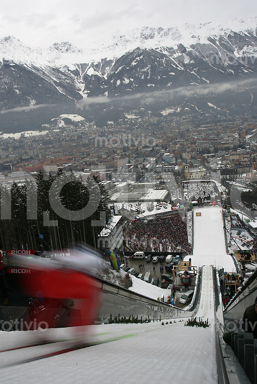 FEATURE-Skispringen, Vierschanzentournee 2006/2007, Innsbruck , Ein Skispringer verlaesst den Absprungbakken, Feature,