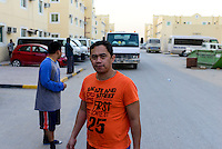 QATAR, Doha, housing complex for migrant worker outside the city, filipino worker  / KATAR, Doha, Gastarbeiter, Sammelunterkunft fuer Gastarbeiter ausserhalb der Stadt, philipinischer Arbeiter