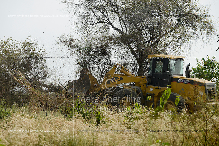 ETHIOPIA Gambela, village Pukong, ethiopian government is leasing large farm land to investors for farming of cotton and maize, deforestation of bush forest / AETHIOPIEN Gambella, Dorf Pukong, die aethiopische Regierung verpachtet grosse Landflaechen an Investoren, Abholzung von Buschwald mit Bulldozer
