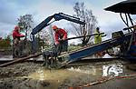In Leidsche Rijn werken medewerkers van Visser Smit Hanab aan een horizontaal gestuurde boring als onderdeel van het verleggen van bovengrondse hoogspanningsnetwerk onder de grond. Terwijl Eneco in 2003 in opdracht van de gemeente al diverse hoogspanningskabels onder de grond liet aanleggen, wordt momenteel één van de laatste boringen van de 150 kV traject verricht. Een andere boring voor hetzelfde project, mislukte onlangs toen de boorkop op twaalf meter diepte brak. Als alle kabels onder de grond liggen kunnen de laatste 150 kV hoogspanningsmasten die nog in Leidsche Rijn staan, tegen de vlakte. COPYRIGHT TON BORSBOOM